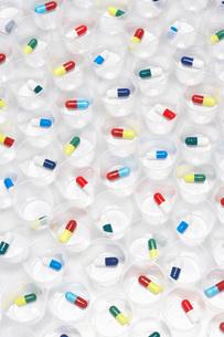 Capsule pills in plastic cupsの写真素材 [FYI03635215]