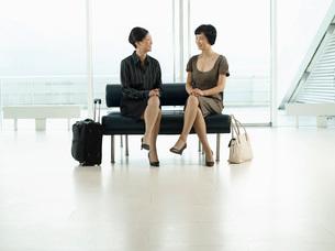 Businesswomen Sitting legs crossed on Bench in airport befの写真素材 [FYI03635284]