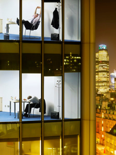 Tired business men in offices  view from building exteriorの写真素材 [FYI03635341]