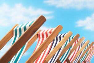 Row of deck chairs on beach  close upの写真素材 [FYI03635361]