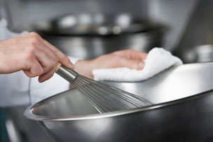 Chef mixing ingredients in bowl  close-upの写真素材 [FYI03635505]