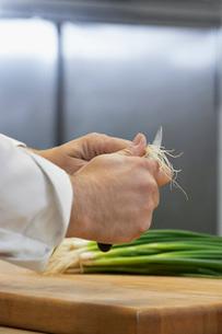 Chef chopping onion  close-upの写真素材 [FYI03635527]