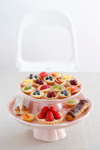 pastry and different cupcakes on serving plate  elevated vの写真素材 [FYI03635577]