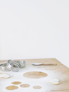 Pastry cutters and flour on table topの写真素材 [FYI03635721]