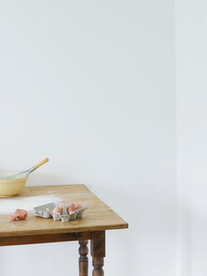Bowl  eggs and flour scattered on tableの写真素材 [FYI03635725]