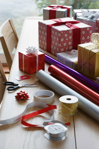 Christmas gifts  wrapping paper and accessories on tableの写真素材 [FYI03635816]