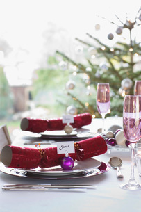 Christmas crackers with name tags on dining tableの写真素材 [FYI03635819]