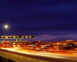 Tail backs of traffic at toll gate in Californiaの写真素材 [FYI03635918]
