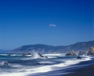 Waves crash against the rocks in Mendocino County  Califorの写真素材 [FYI03635920]