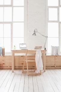 Desk in window area of loft apartmentの写真素材 [FYI03635949]