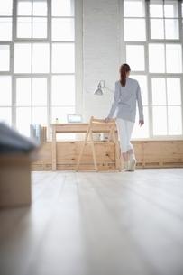 Woman walks across loft apartmentの写真素材 [FYI03635954]
