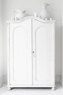 Closed storage cupboard painted whiteの写真素材 [FYI03635984]