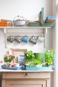 Cups and trays on kitchen dresserの写真素材 [FYI03635988]