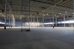 Empty warehouse with scaffoldの写真素材 [FYI03636006]