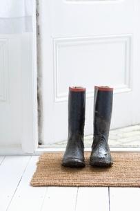 Muddy boots on door matの写真素材 [FYI03636013]