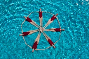 Synchronised swimmers form a circleの写真素材 [FYI03636029]