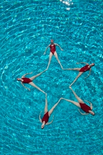 Synchronised swimmers form a starの写真素材 [FYI03636030]