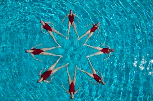 Synchronised swimmers form a starの写真素材 [FYI03636031]