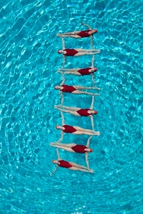 Synchronised swimmers form a ladderの写真素材 [FYI03636032]