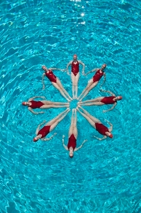 Synchronised swimmers form a starの写真素材 [FYI03636033]