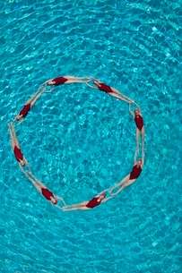 Synchronised swimmers form a circleの写真素材 [FYI03636036]