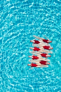 Synchronised swimmers balance head-to-toeの写真素材 [FYI03636037]