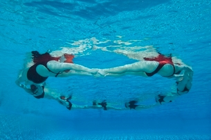 Synchronised swimmers form a circleの写真素材 [FYI03636038]