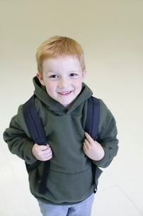 Schoolboy with redhair and freckles stands with backpackの写真素材 [FYI03636039]