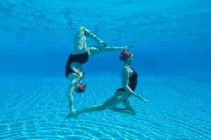 Synchronised swimmers balance underwaterの写真素材 [FYI03636040]