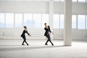 Woman and girl practise dance movesの写真素材 [FYI03636096]