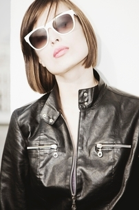 Brunette in sunglasses and black leather jacketの写真素材 [FYI03636142]