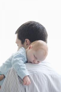 Father holds newborn on shoulderの写真素材 [FYI03636157]