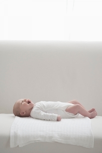 Two week old newborn  cryingの写真素材 [FYI03636164]