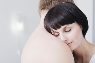 Woman leans on man's naked shoulder  eyes closedの写真素材 [FYI03636226]