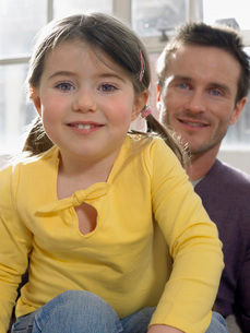 Father and daughter (3-4)  smiling  indoors  (portrait)の写真素材 [FYI03636271]