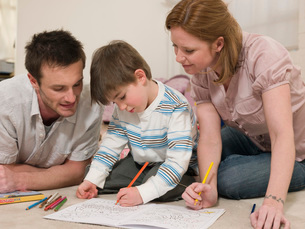 Parents on Floor Coloring With Sonの写真素材 [FYI03636310]