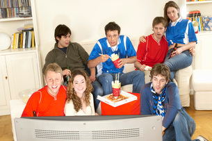 Friends watching sport on TVの写真素材 [FYI03636353]