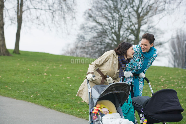 Two mothers pushing strollers in parkの写真素材 [FYI03636370]