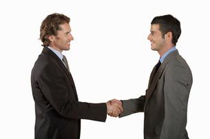 Businessmen shaking hands  on white backgroundの写真素材 [FYI03636428]