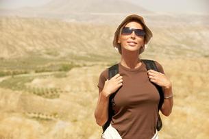 Female hiker standing on top of mountain  portraitの写真素材 [FYI03636572]