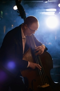 Double Bass Player in Jazz Clubの写真素材 [FYI03636798]