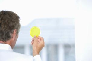 Scientist holding sample in laboratoryの写真素材 [FYI03636888]