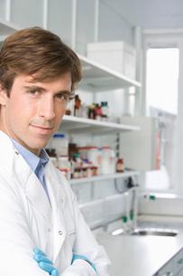 Scientist in laboratory  portraitの写真素材 [FYI03636901]