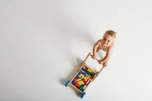 Baby Pushing Toy Cartの写真素材 [FYI03636918]