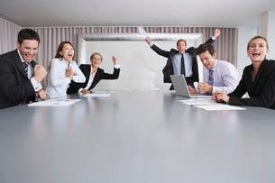 Businesspeople Celebrating Good Newsの写真素材 [FYI03636947]