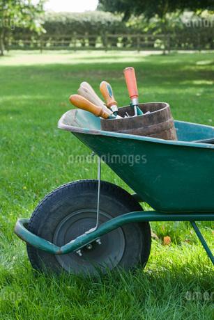 Wheelbarrow Full of Gardening Toolsの写真素材 [FYI03637115]