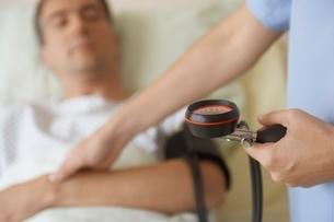 Nurse Taking Blood Pressure of Patientの写真素材 [FYI03637216]