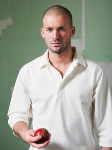 Cricket player holding ball  portraitの写真素材 [FYI03637226]