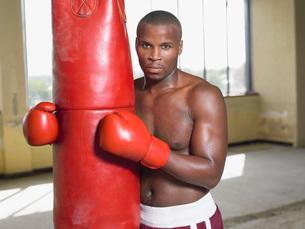 Boxer holding punching bag  portraitの写真素材 [FYI03637231]