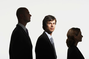 Businesspeople standing in row  in height order  middle maの写真素材 [FYI03637401]